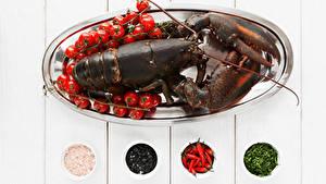 Фотография Морепродукты Омары Помидоры Специи Доски Еда