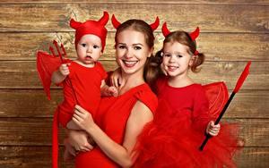 Обои Праздники Хэллоуин Демон Мама Униформа Девочки Трезубца молодая женщина Дети