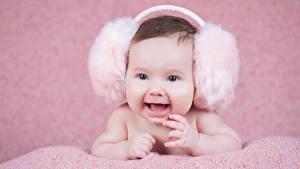 Картинки Грудной ребёнок В наушниках Улыбка Счастливый