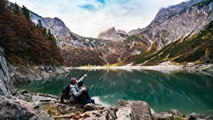 Фотографии Озеро Горы Камень Скала Вдвоем Сидящие Отдыхает