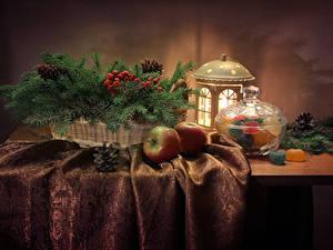 Картинка Новый год Натюрморт Сладости Мармелад Яблоки Ветвь Фонарь Шишки Стол