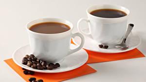 Картинка Кофе Серый фон Вдвоем Чашке Зерна Ложки Блюдце Продукты питания