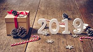 Фотографии Новый год Леденцы Доски Снежинки 2019 Шишки Подарки