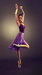 Картинки Цветной фон Шатенка Танцы Руки Ног Девушки