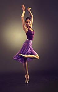 Картинки Цветной фон Шатенка Танцы Руки Ноги
