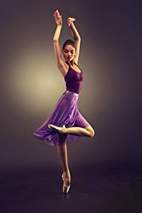 Картинки Цветной фон Шатенка Танцы Руки Ноги Девушки