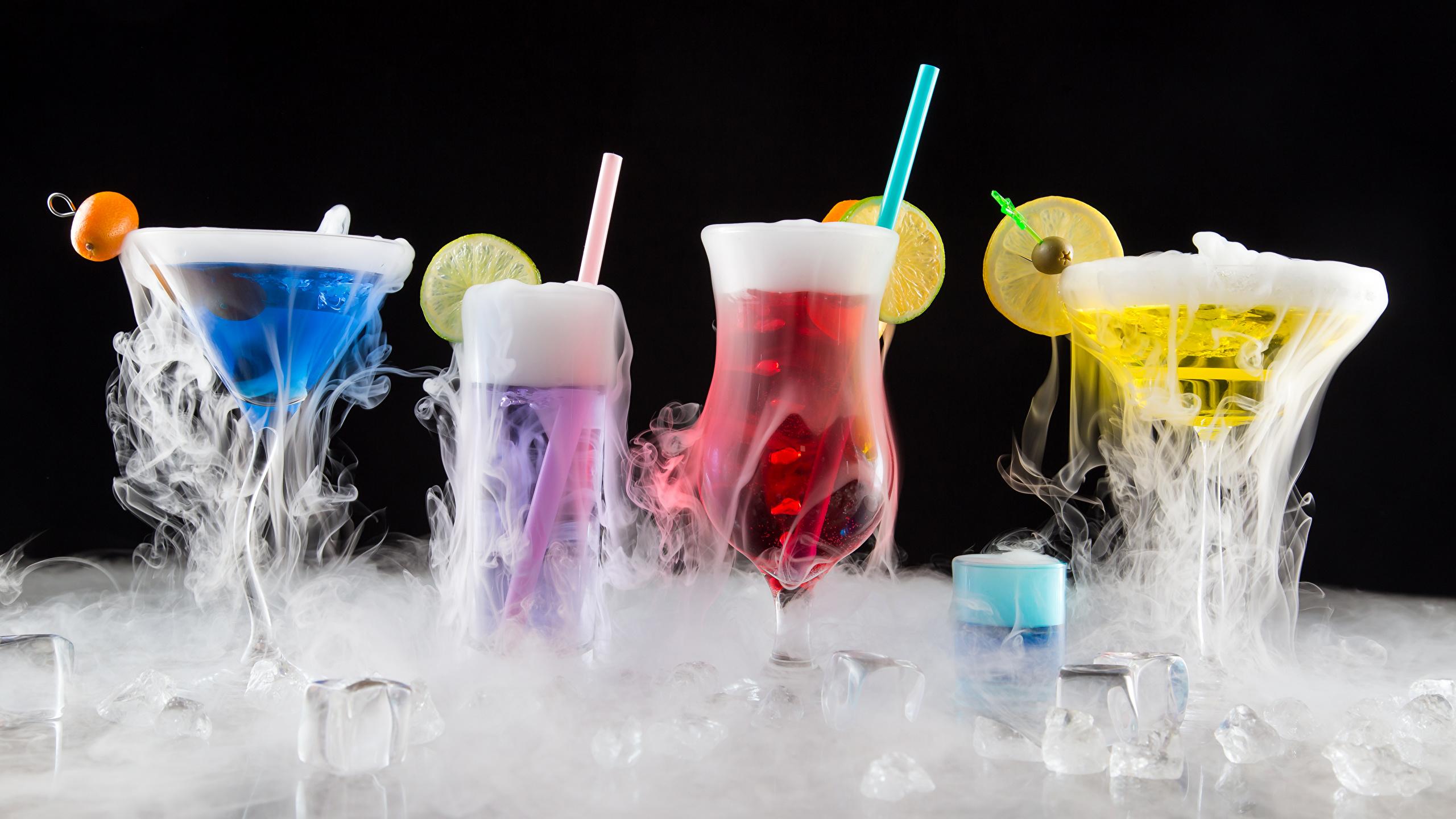 Фотография Алкогольные напитки Лед Еда пары бокал Коктейль Черный фон 2560x1440 льда Пар Пища паром Бокалы Продукты питания на черном фоне
