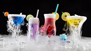 Фотография Коктейль Алкогольные напитки Черный фон Бокалы Лед Пар Пища