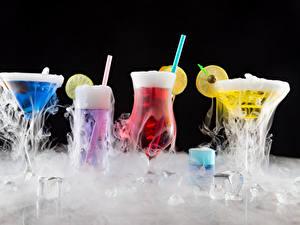 Фотография Коктейль Алкогольные напитки Черный фон Бокалы Лед Пары Продукты питания