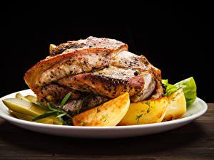 Картинки Вторые блюда Мясные продукты Картофель Черный фон Тарелка Продукты питания