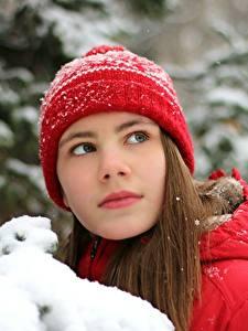 Обои Зимние Снег Шатенка Шапки Смотрит Девушки