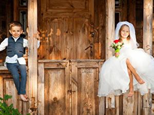 Картинки Букеты Две Девочки Мальчик Жених Невесты Сидящие Платье ребёнок