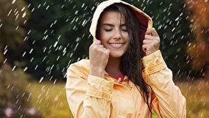 Картинки Дождь Улыбка Капюшон Красивый молодые женщины