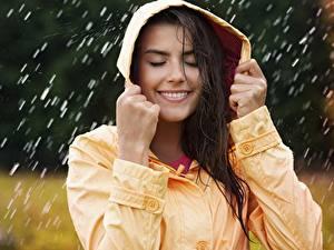 Картинки Дождь Улыбка Капюшон Красивые Девушки