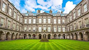 Обои Шотландия Эдинбург Дома Дворца Газон Уличные фонари Holyroodhouse Palace