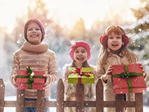 Картинка Зима Втроем Мальчики Девочки Подарок Улыбка Радостный Снег Ребёнок
