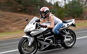 Обои Мотоциклист Шлем Движение девушка