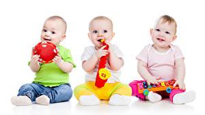 Фотографии Игрушка Белом фоне Младенцы Трое 3 Улыбается