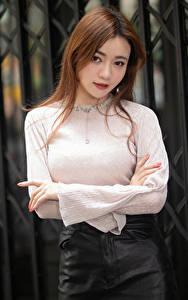 Фотографии Азиатки Ограда Блузка Рука Шатенки Смотрит девушка