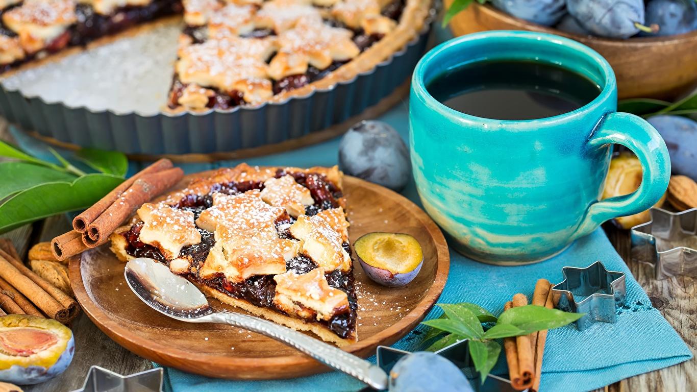 Обои Пирог часть Сливы Пища Ложка Чашка 1366x768 Кусок Еда Продукты питания