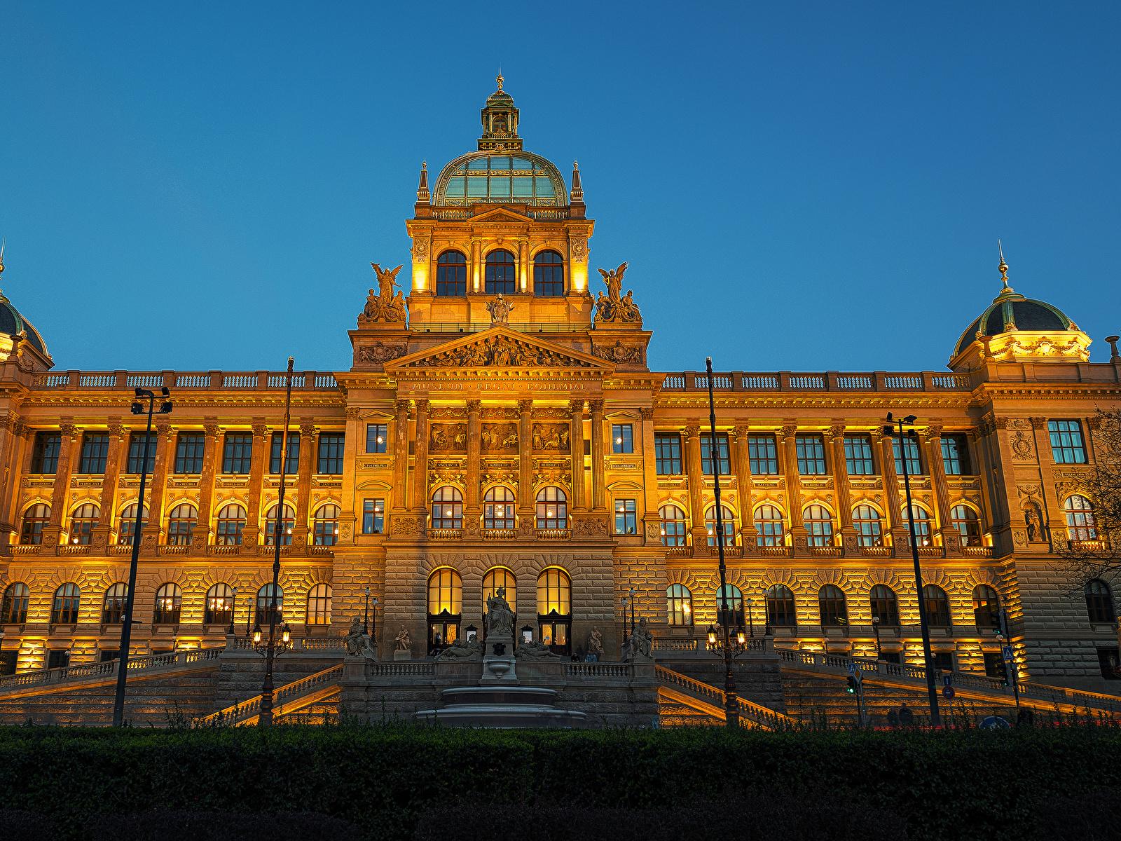 Фотография Прага Чехия Музей National Museum лестницы Вечер Уличные фонари Дома Города 1600x1200 Лестница Здания