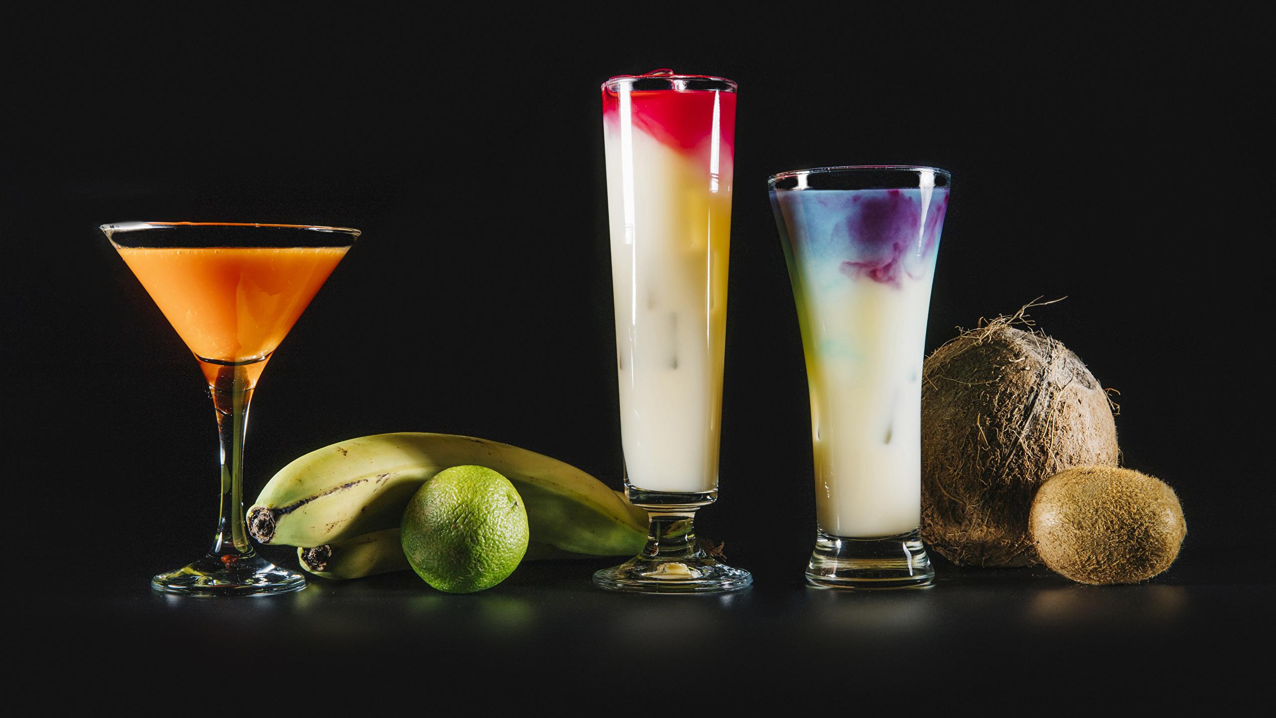 Картинки Лайм Киви Бананы Кокосы стакана Коктейль Продукты питания Черный фон 2560x1440 Стакан стакане Еда Пища на черном фоне