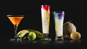 Картинки Коктейль Лайм Киви Кокосы Бананы Черный фон Стакан Пища
