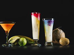 Картинки Коктейль Лайм Киви Кокосы Бананы Черный фон Стакан Продукты питания