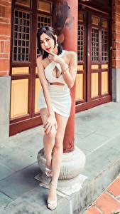 Фотография Азиатка Поза Платье Декольте Взгляд молодая женщина