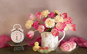 Фото Натюрморт Тюльпаны Будильник Гвоздика Печенье Мармелад Ваза цветок