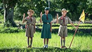 Картинка Азиаты Трава Втроем Шляпа Униформа Мальчики Девочки Ребёнок