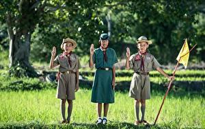 Картинка Азиатки Трава Трое 3 Шляпы Униформа Мальчики Девочка Дети