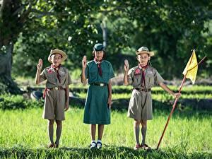Картинка Азиаты Трава Трое 3 Шляпы Униформа Мальчики Девочка Дети