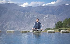 Фотографии Воде Камень Мужчина Поза лотоса Сидящие Йогой