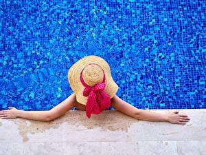 Фото Бассейны Сверху Шляпе Рука Отдых Бантик молодые женщины