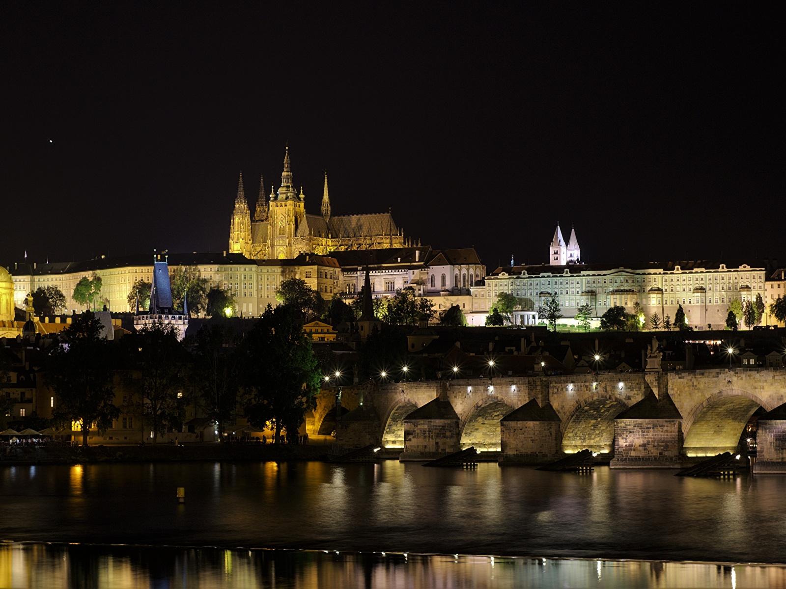 Обои Прага Чехия Vltava Мосты Замки Ночь речка Города 1600x1200 Реки Ночные