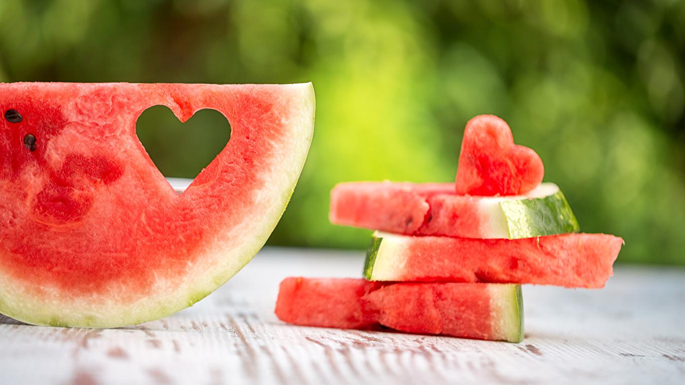 Фотографии серце Кусок Арбузы Продукты питания 1366x768 Сердце сердца сердечко часть кусочки кусочек Еда Пища
