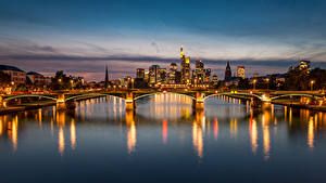 Фотография Германия Франкфурт-на-Майне Здания Речка Мосты Вечер Уличные фонари Города
