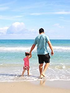 Картинка Море Мужчины Двое Девочки