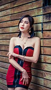 Картинки Азиатка Стена Платья Декольте Руки молодые женщины