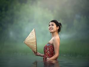 Фотографии Азиаты Вода Брюнетка Шляпа Улыбка Девушки