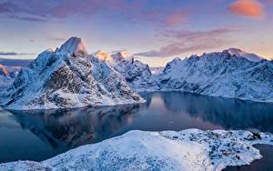 Картинка Норвегия Лофотенские острова Горы Зимние Залива Снег