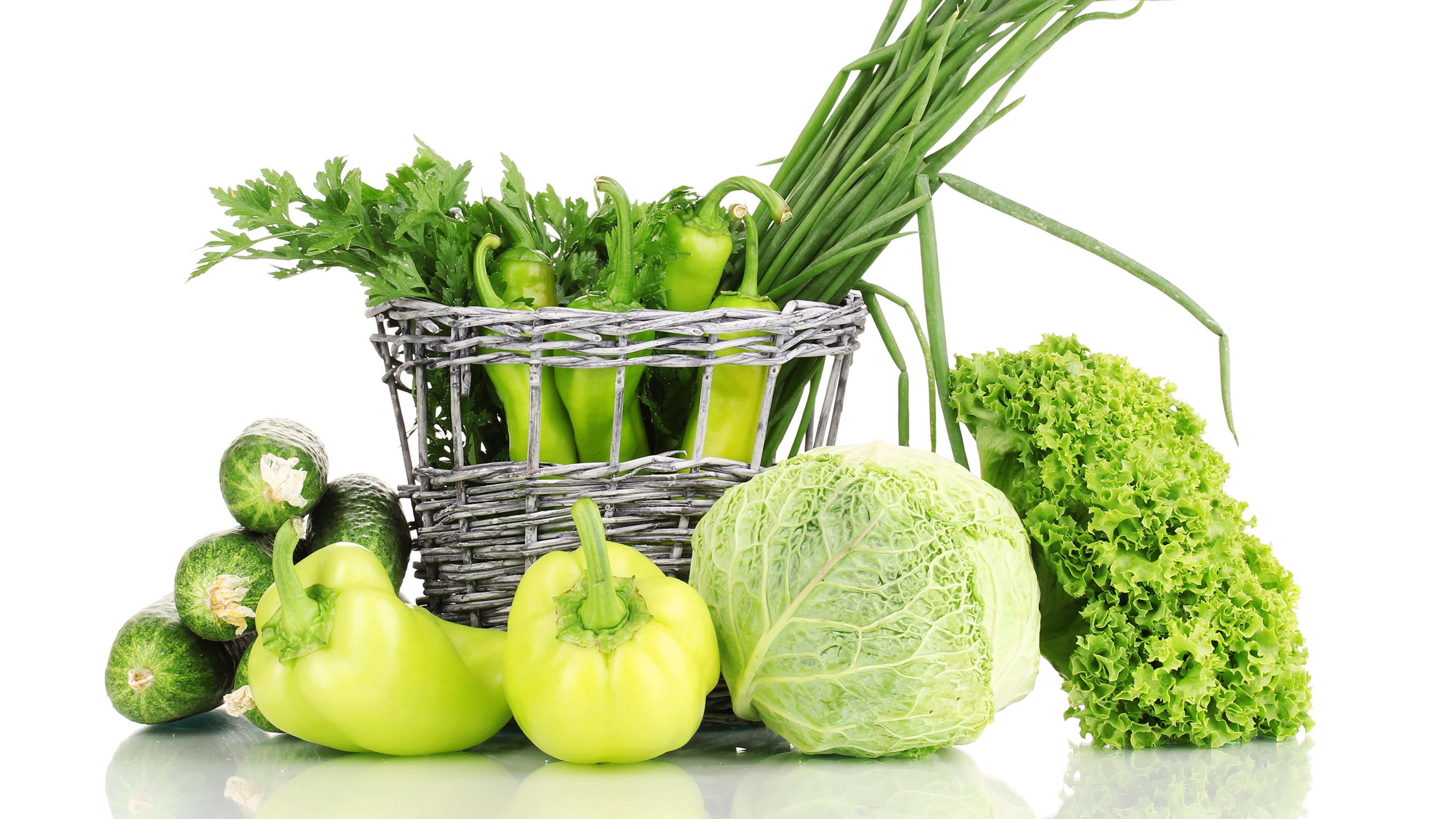 Фото Огурцы Капуста зеленых Корзинка Пища Овощи Перец белым фоном 3840x2160 зеленая зеленые Зеленый Корзина корзины Еда перец овощной Продукты питания Белый фон белом фоне