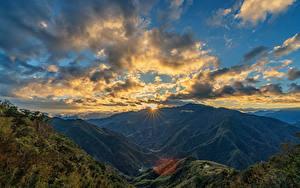 Картинки Тайвань Гора Небо Рассвет и закат Пейзаж Облачно Мох Лучи света Природа