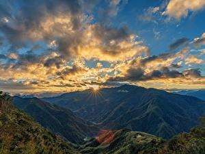 Картинки Тайвань Гора Небо Рассвет и закат Пейзаж Облачно Мох Лучи света