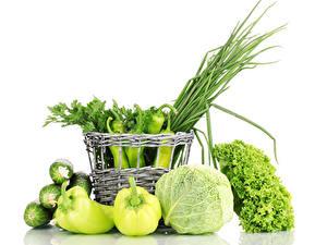 Фото Овощи Перец овощной Капуста Огурцы Белом фоне Корзины Зеленая Еда