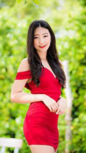 Обои для рабочего стола Азиатка Брюнетка Платья Руки Улыбка Взгляд Боке молодая женщина