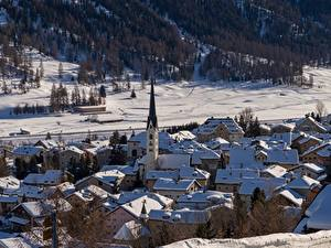 Картинки Зима Дома Церковь Швейцария Снег Село Zuoz, Engadine, Graubünden город
