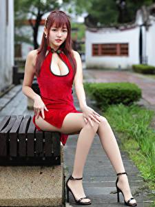 Картинка Азиаты Скамья Сидит Платье Ноги Смотрят Рыжая молодые женщины
