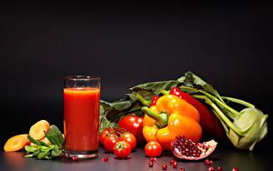 Обои для рабочего стола Сок Овощи Гранат Перец Томаты Серый фон Стакана Пища